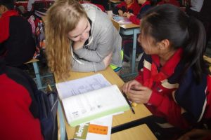 Eleanor Lane  talking to student at Shanghai Middle School. Photo: Courtesy of Liangyan Wang.